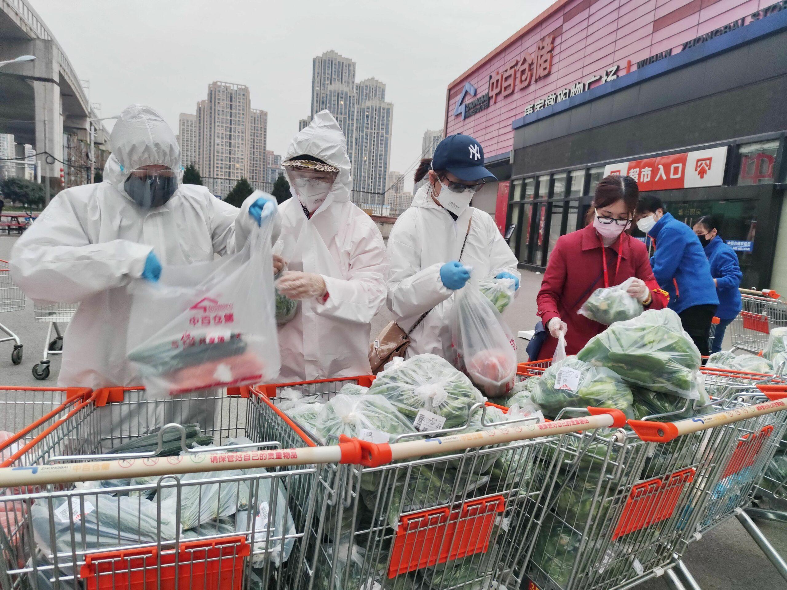 Un grup de voluntaris a Wuhan fent la compra (EP)