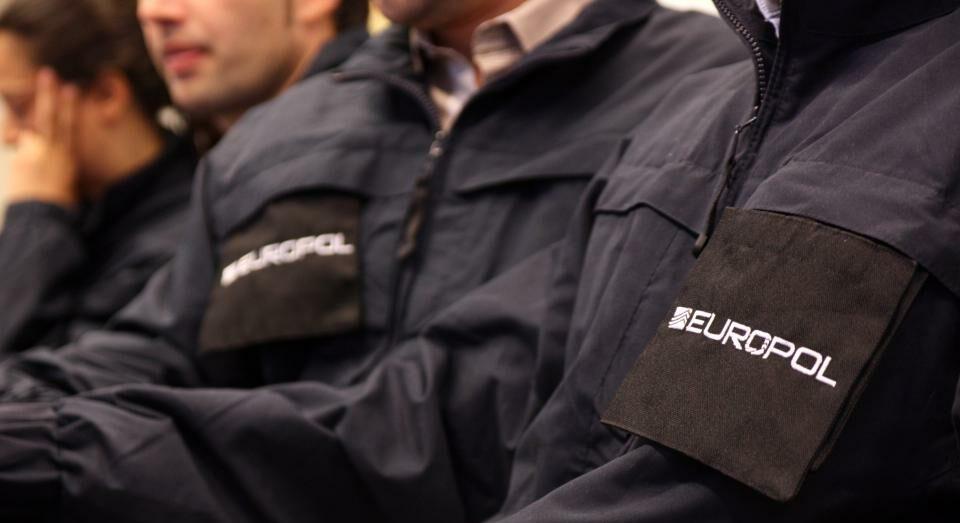 Policies amb el logo d'EUROPOL/Europol