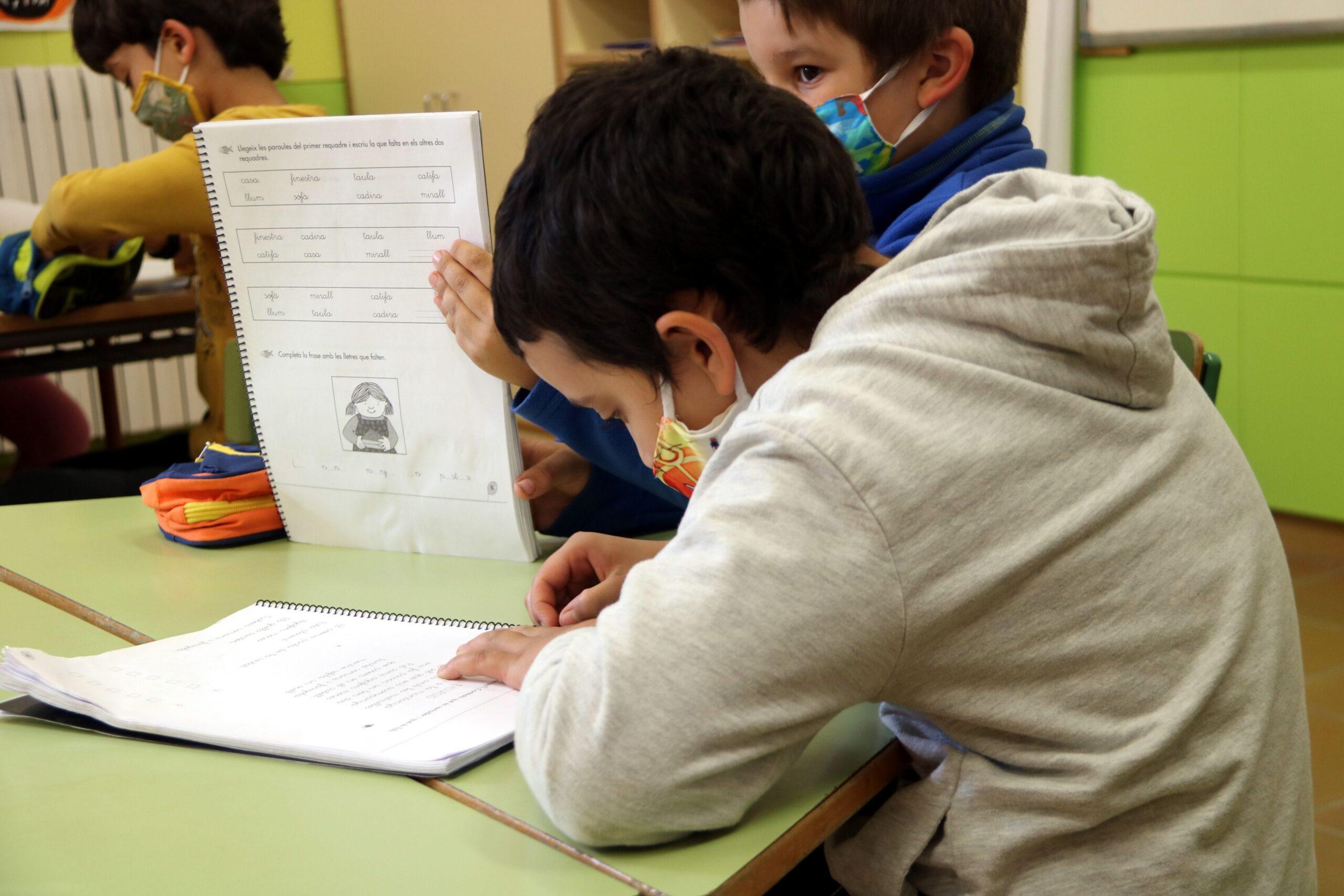 Pla mitjà d'uns alumnes fent classe a l'escola de Gósol