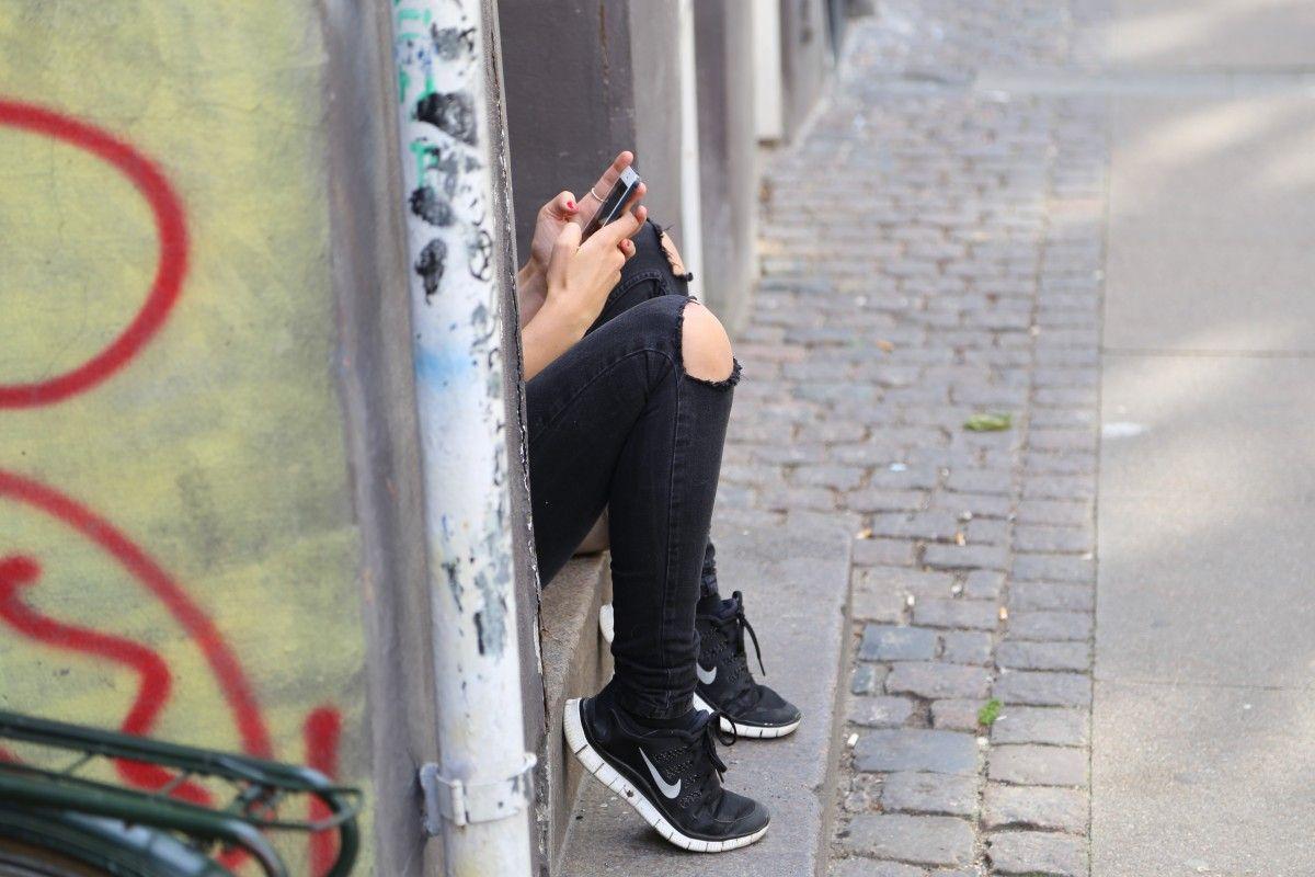 Adolescent fent servir el mòbil   Pxhere