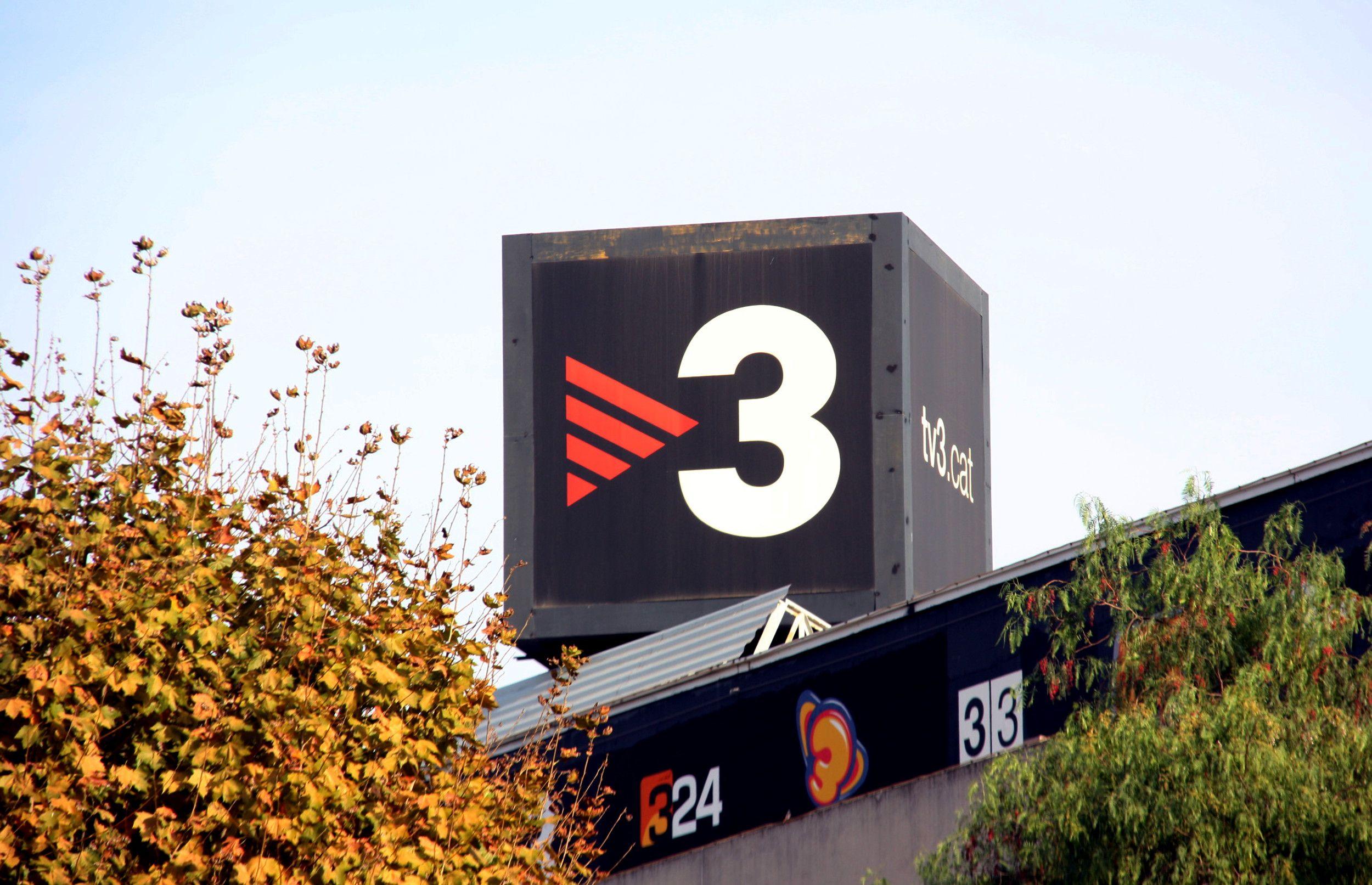 Logotip de TV3 situat al sostre dels estudis de TVC