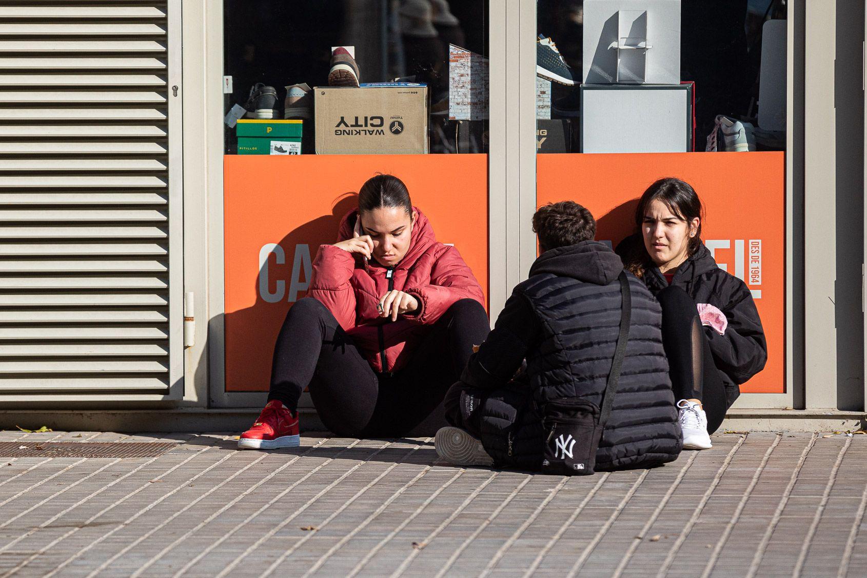 Un grup de tres joves parlen al carrer / Jordi Borràs