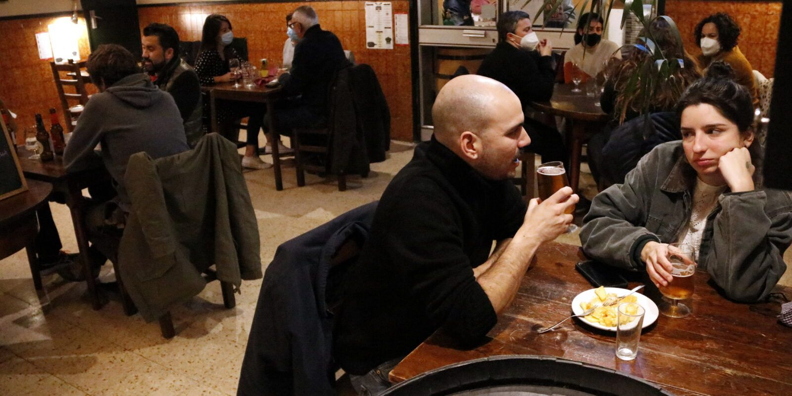 Gent sopant al restaurant Casa Pagès   ACN