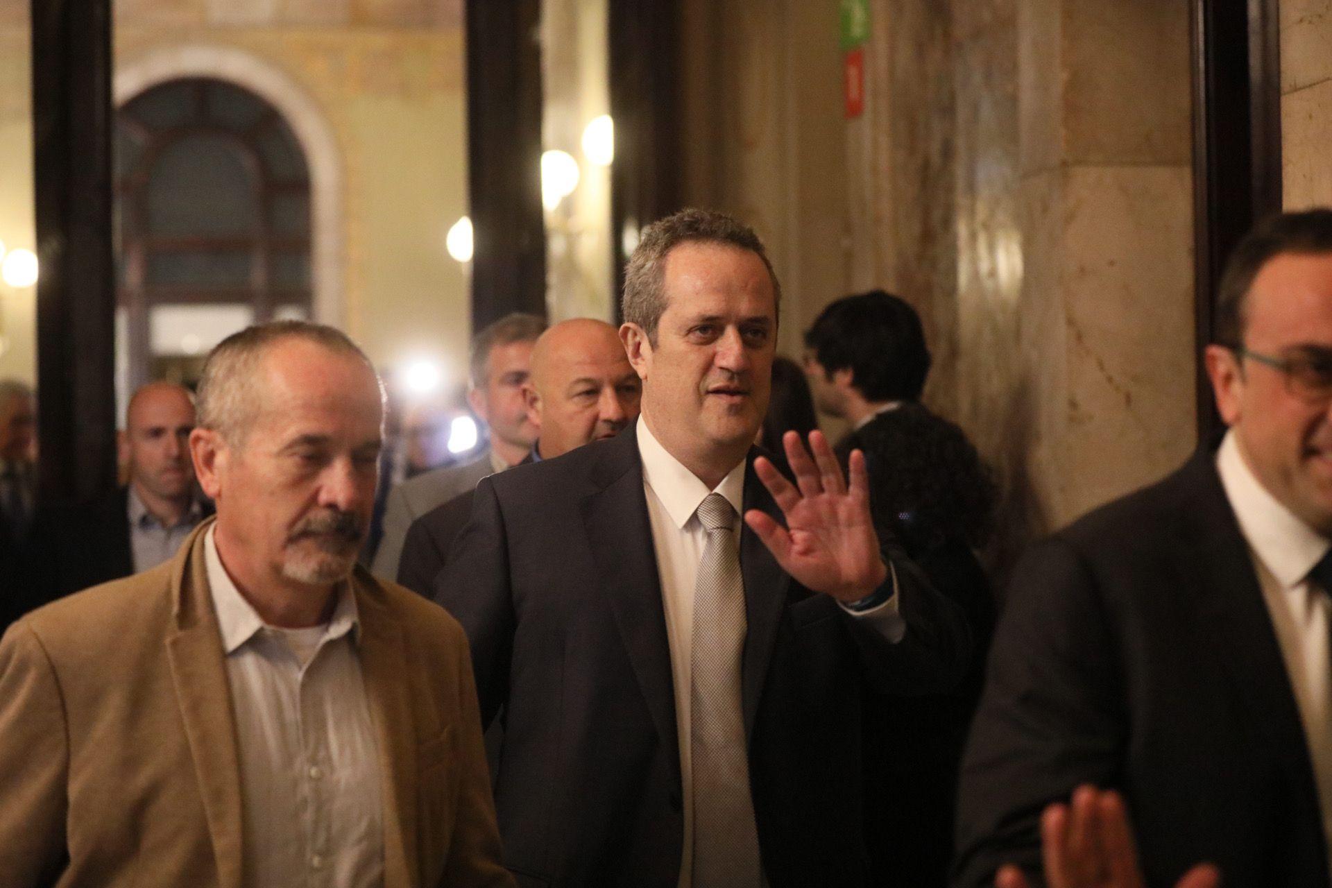 Joaquim Forn entrant al Parlament. Al seu davant, Josep Rull