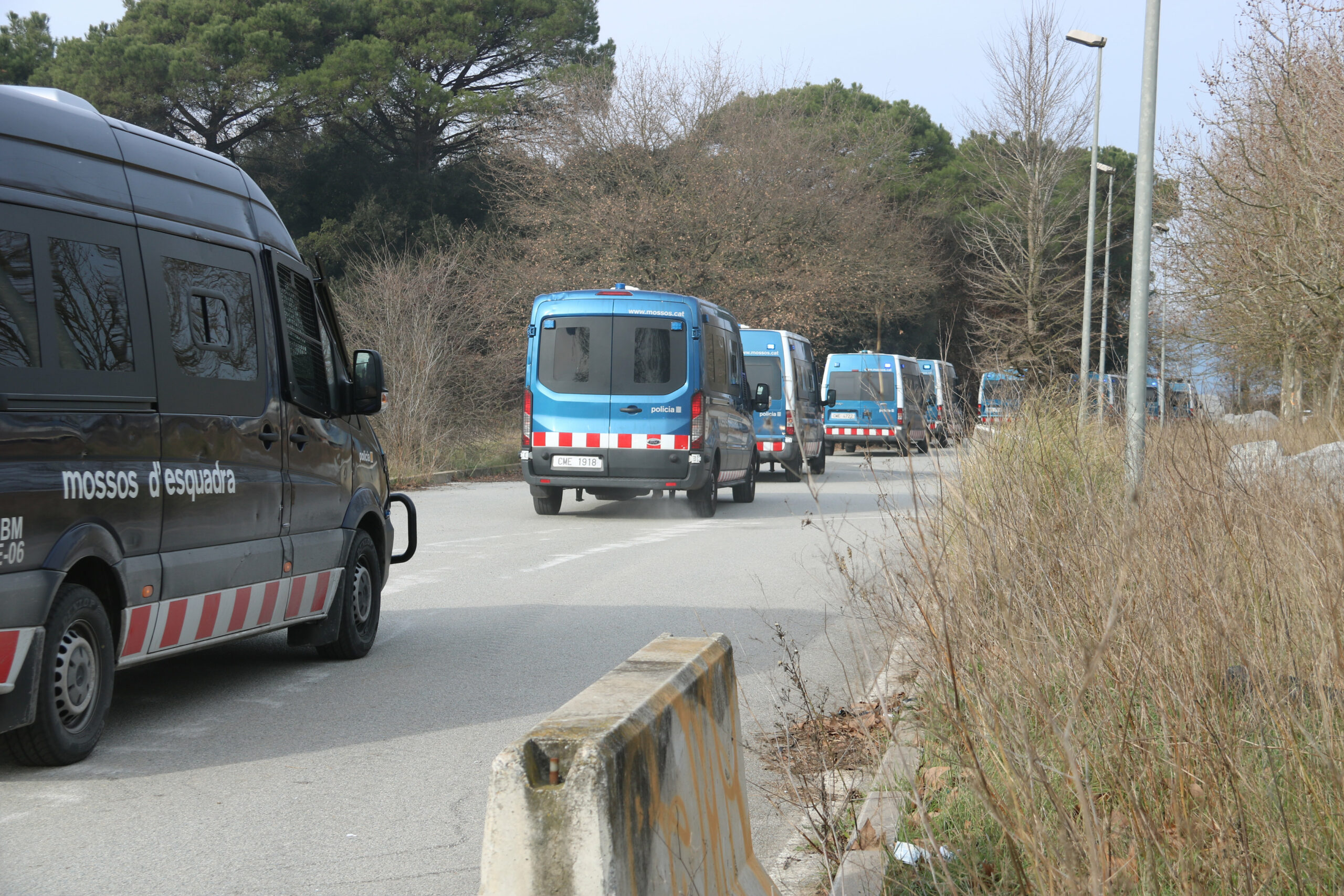 Vehicles dels Mossos d'Esquadra accedint a la festa il·legal de Cap d'Any de Llinars del Vallès   ACN
