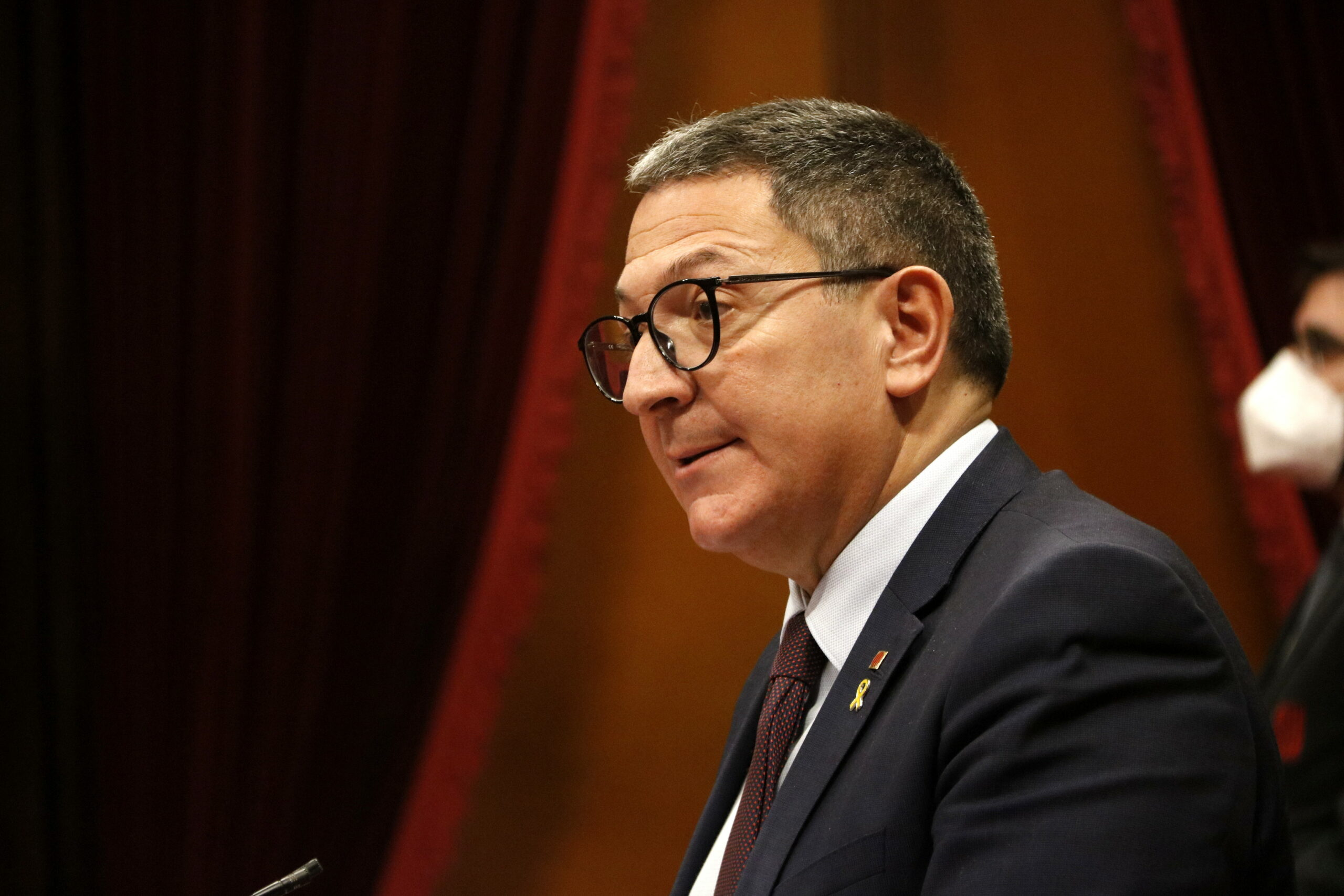 El conseller d'Interior, Miquel Sàmper, en una intervenció a la reunió de la Diputació Permanent del Parlament | ACN