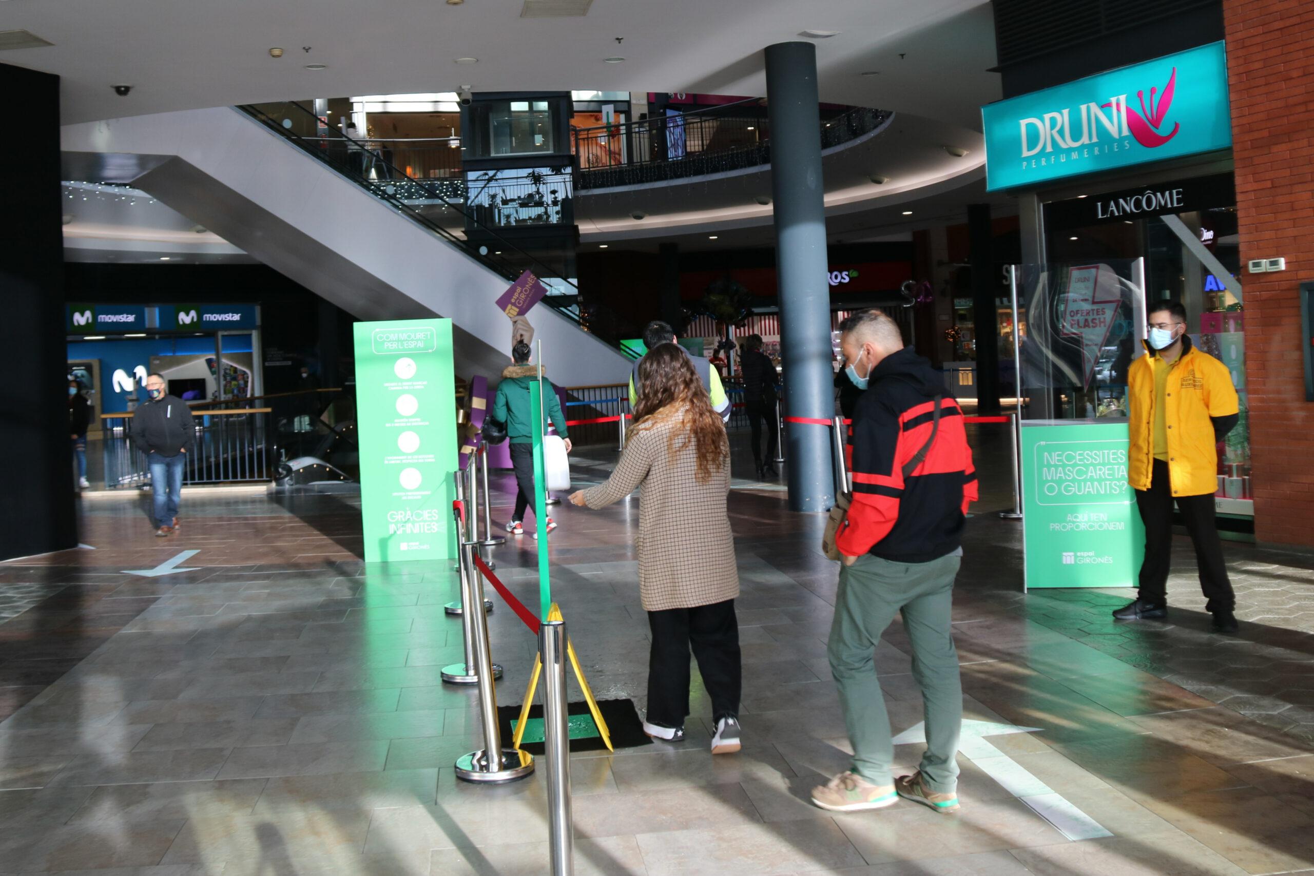 Dos clients entrant al centre comercial Espai Gironès de Salt | ACN