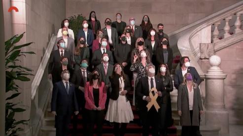 Fotografia de Junts per Catalunya amb laura Borràs a les escalinates del Parlament