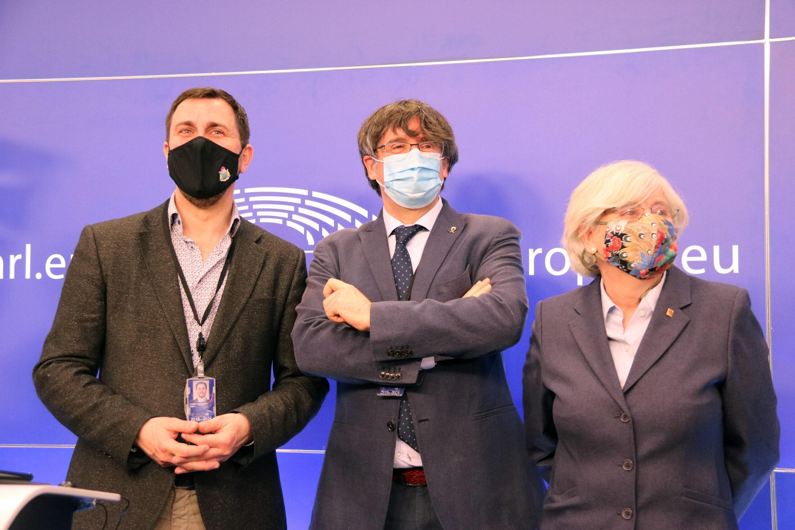 Els eurodiputats de JxCat Carles Puigdemont, Toni Comín i Clara Ponsatí després de la roda de premsa a l'Eurocambra   ACN