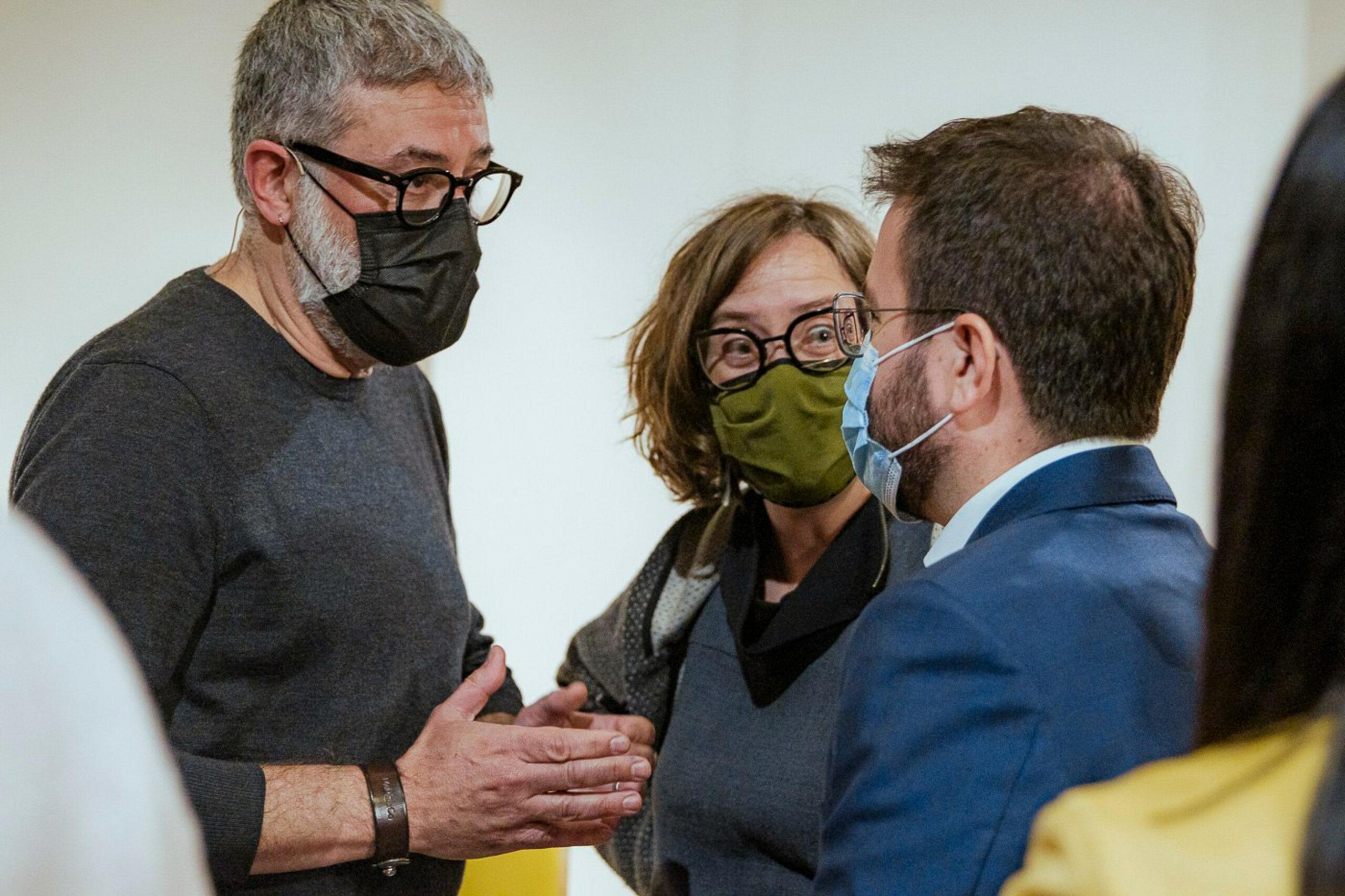 Carles Riera i Eulàlia Reguant parlant amb Pere Aragonès   ACN