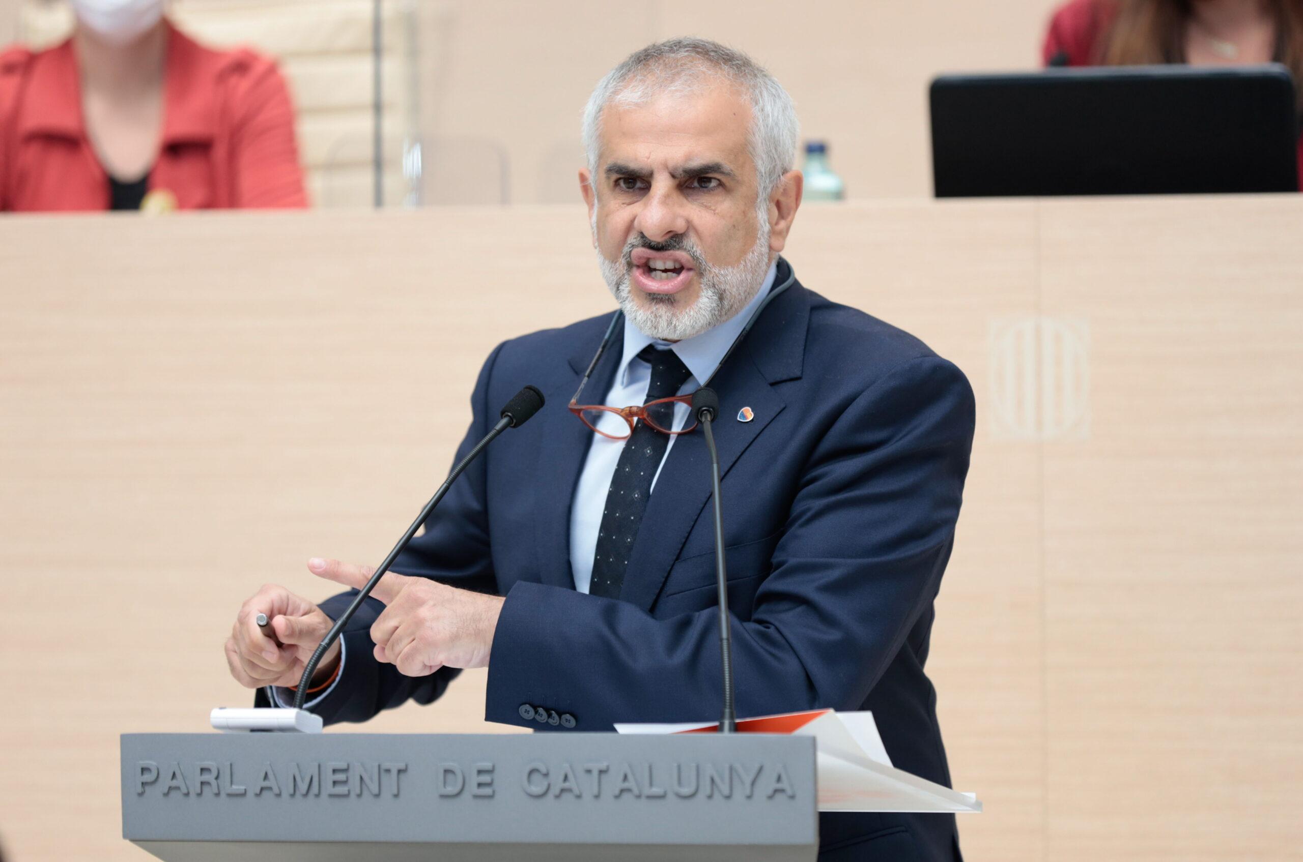 Pla mitjà del líder de Cs al Parlament, Carlos Carrizosa, intervenint al ple d'investidura del 30 de març de 2021 (Horitzontal)