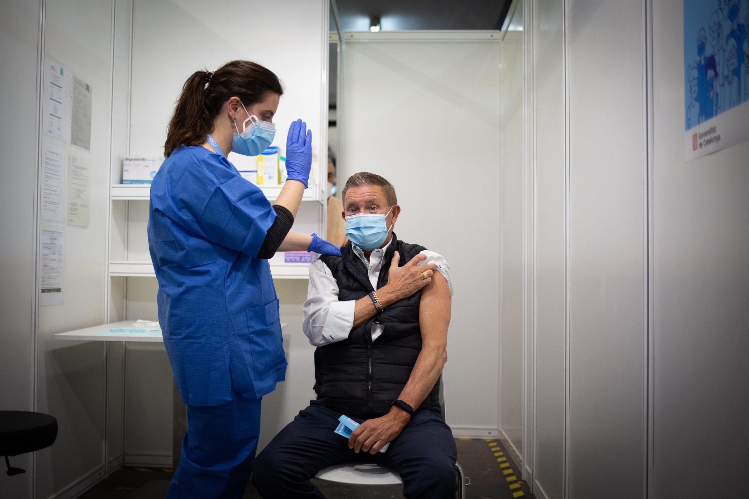 Una sanitària posa una vacuna contra la Covid-19 d'AstraZeneca en el marc de la prova pilot de vacunació massiva que es va fer a Fira Barcelona / EP