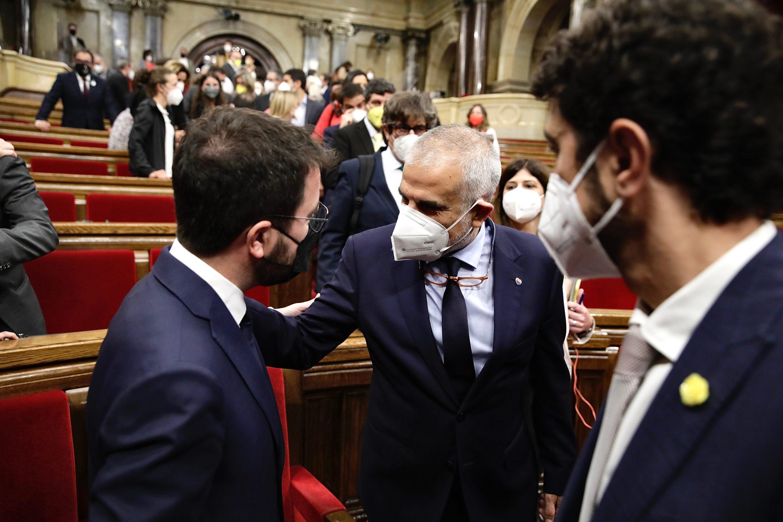 Pla general del president del grup parlamentari de Ciutadans, Carlos Carrizosa, felicitant Pere Aragonès a l'hemicicle del Parlament. Imatge del 21 de maig del 2021 (Horitzontal)