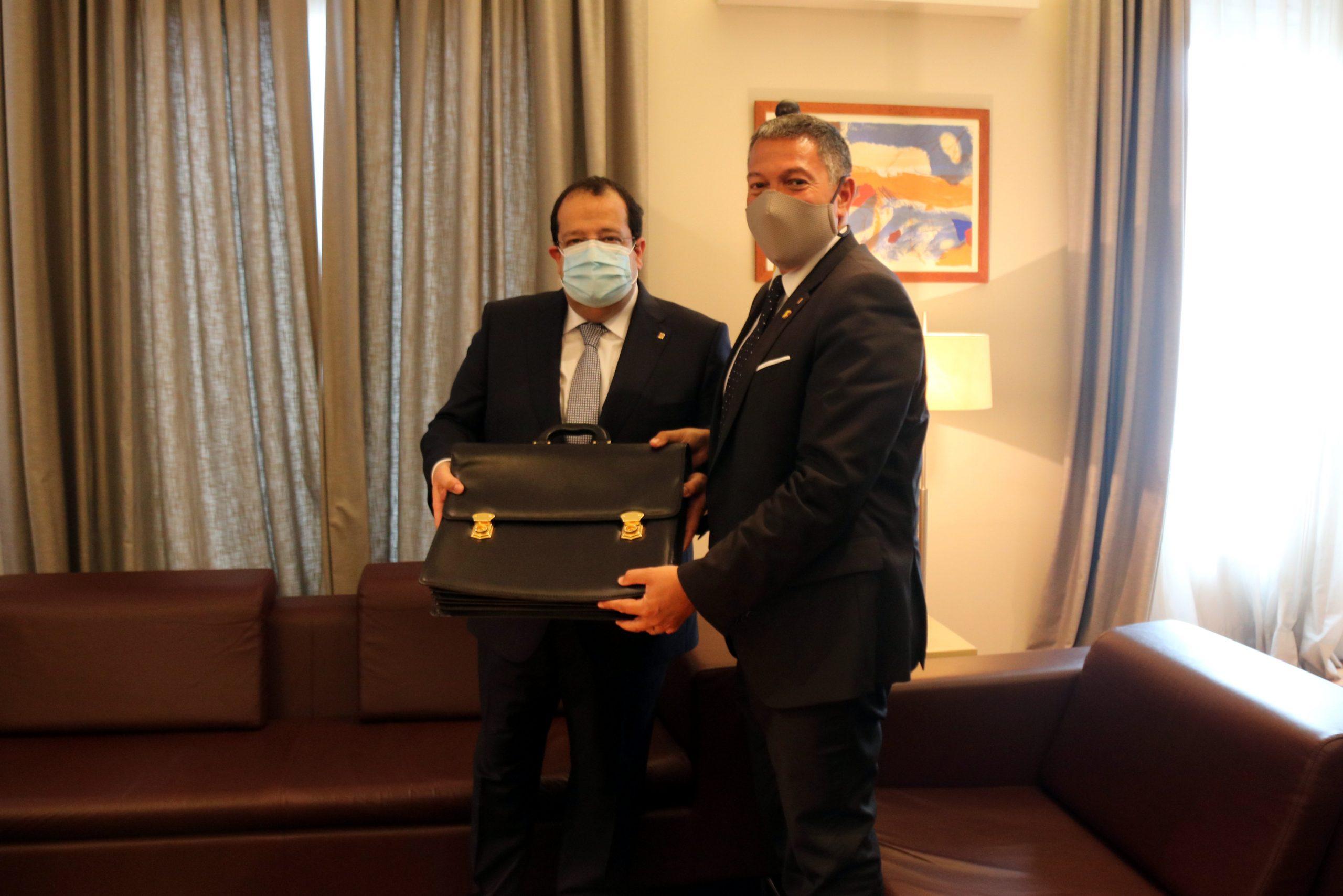 El nou conseller d'Interior, Joan Ignasi Elena, i el sortint, Miquel Sàmper, en el traspàs de carteres/ACN