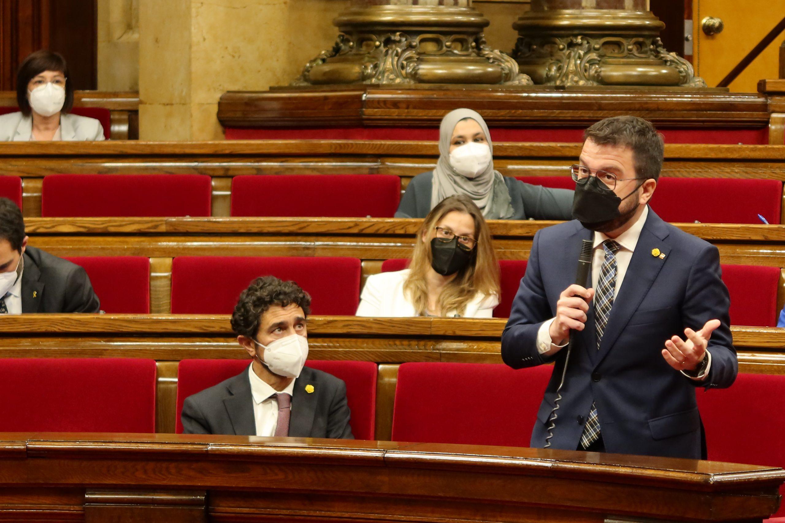El conseller Damià Calvet para l'orella al presidenciable Pere Aragonès en la seva intervenció a la sessió de control/Parlament