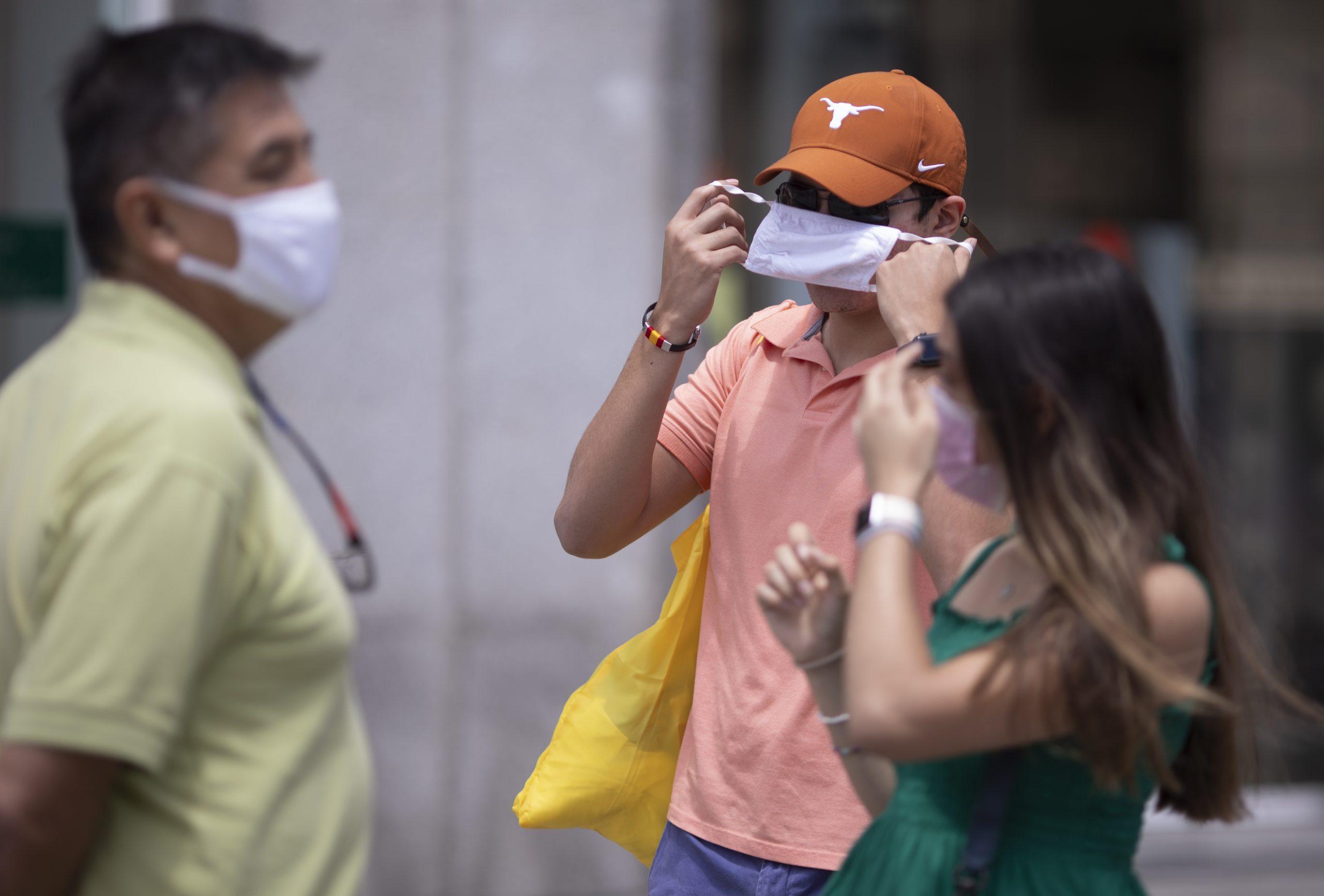 Un hombre se quita la mascarilla, en la Puerta del Sol, a 18 de junio de 2021, en Madrid (España). El presidente del Gobierno, Pedro Sánchez, ha anunciado que las mascarillas dejarán de ser obligatorias en los espacios al aire libre a partir del próximo sábado 26 de junio. El anuncio ha tenido lugar durante su intervención en la clausura de la Reunión del Círculo de Economía en Barcelona. La medida será aprobada el próximo jueves en un Consejo de Ministros. 18 JUNIO 2021;MASCARILLAS;PANDEMIA;CORONAVIRUS;AIRE LIBRE Eduardo Parra / Europa Press 18/6/2021