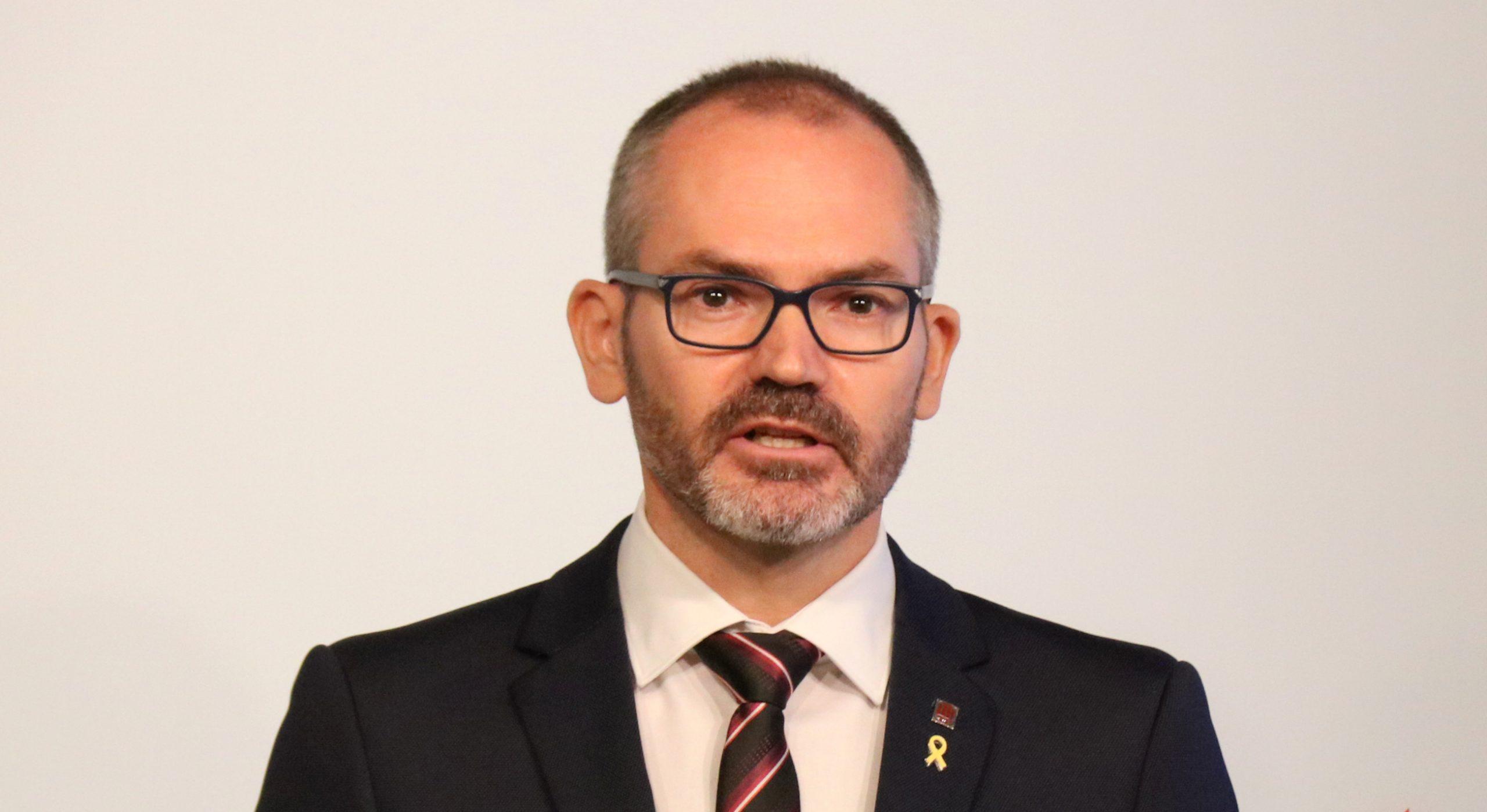 Pla mitjà del vicepresident primer del Parlament, Josep Costa, en roda de premsa. 6 d'octubre del 2020. (Horitzontal)