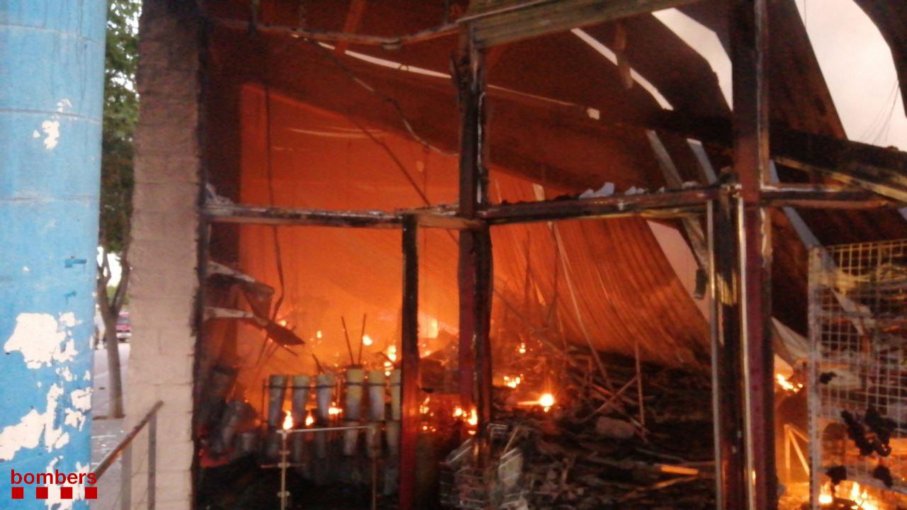 Divuit dotacions de Bombers treballen en l'extinció d'un incendi en una magatzem de 1.000 m2 a Montblanc   Bombers