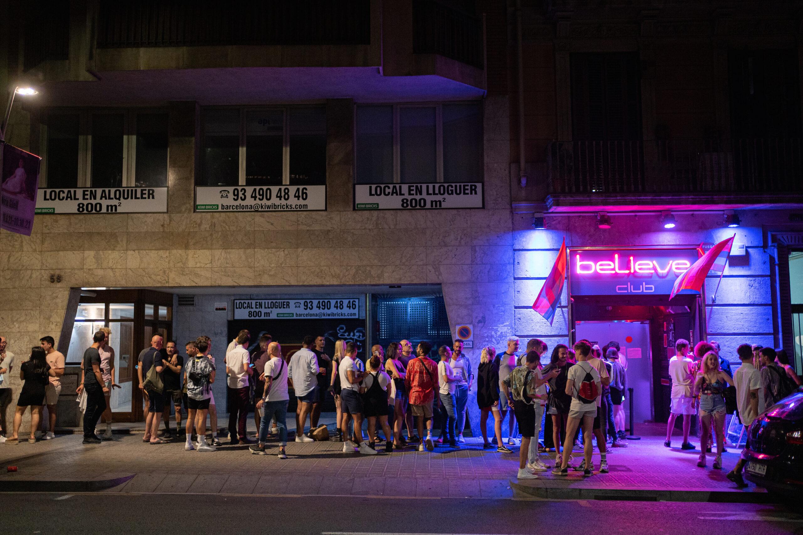 Joves fan cua per entrar a una discoteca a Barcelona / EP