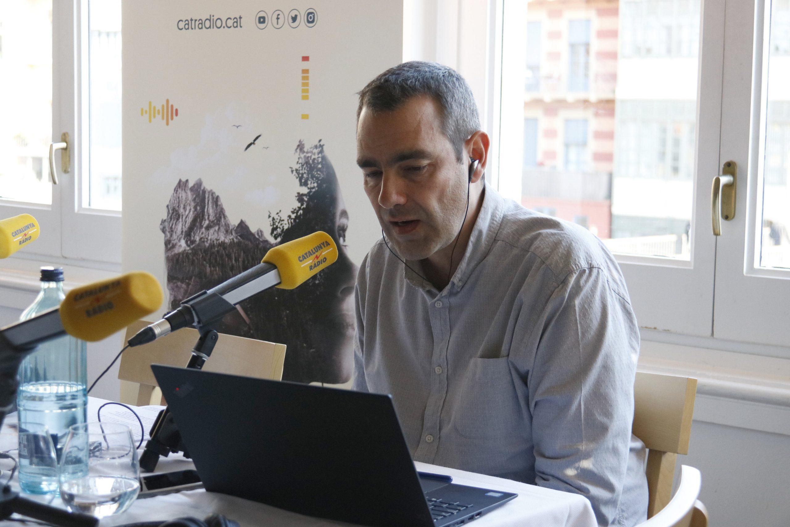 El periodista Òscar Fernández conduint el programa Catalunya Migdia. / ACN