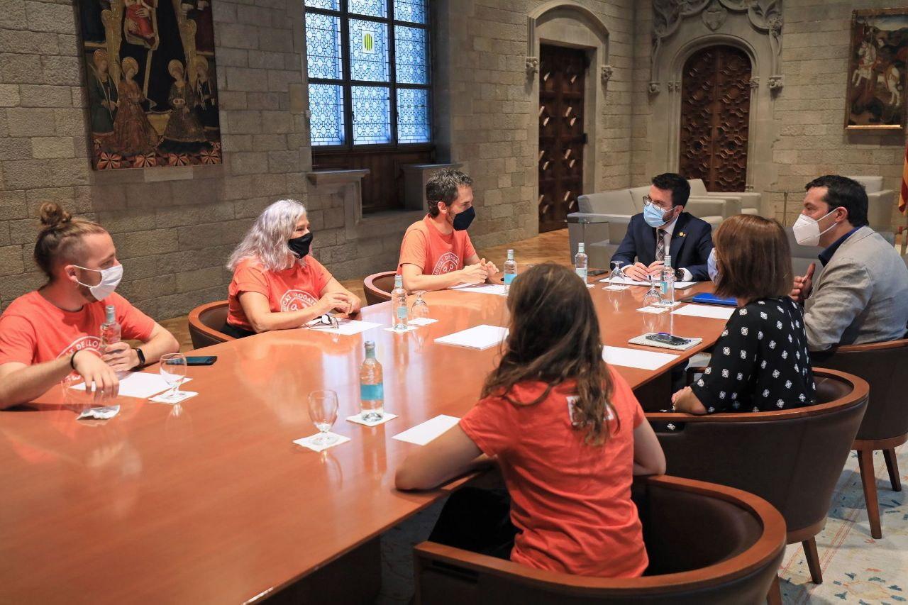 El president del Govern, Pere Aragonès, en una reunió amb els membres del Sindicat de Llogateres, al Palau de la Generalitat, el 23 de juliol del 2021 (ACN)