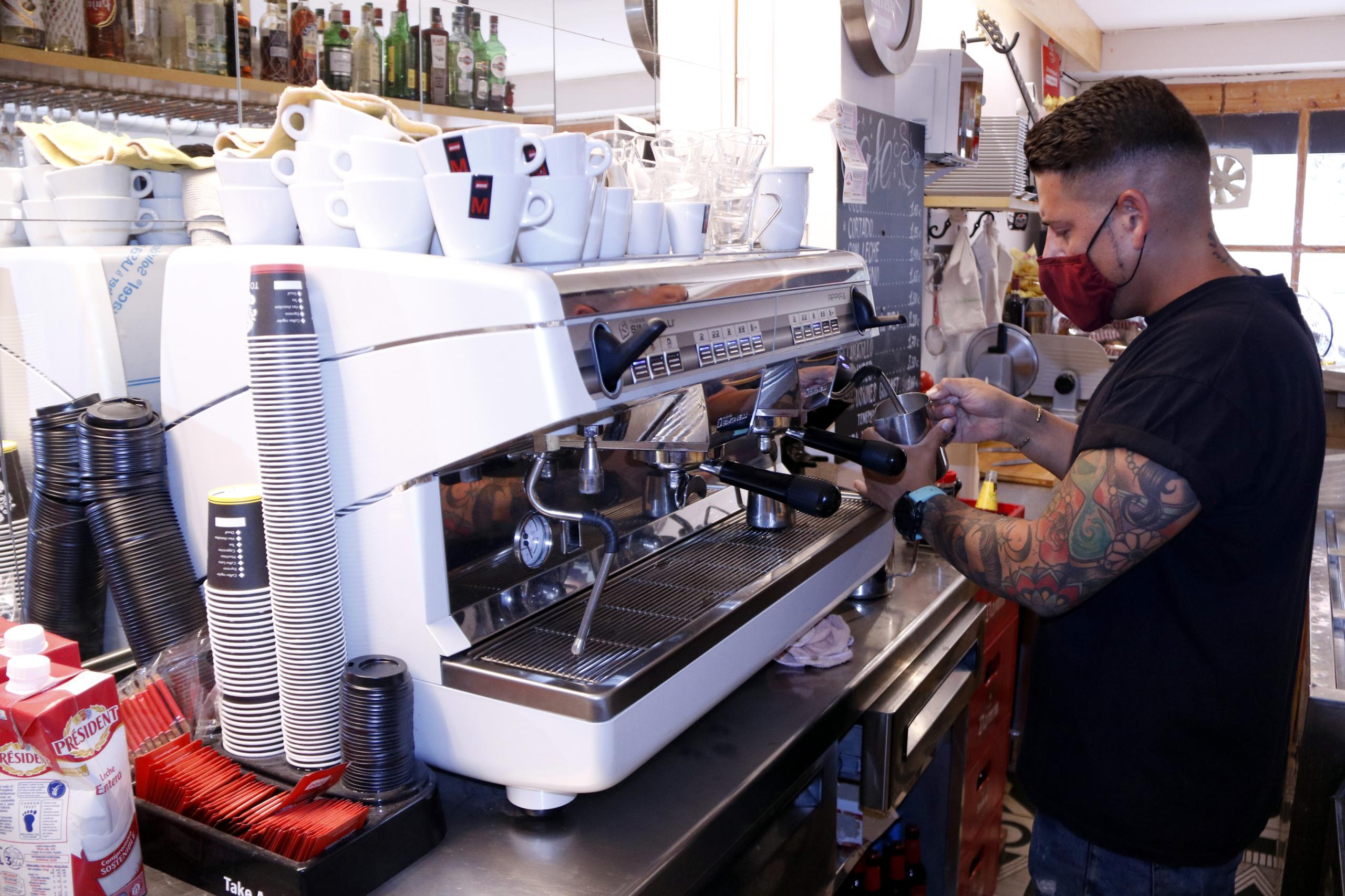 El responsable del bar 'Refugi' utilitzant la cafetera del local, el 26 de juliol del 2021 / ACN