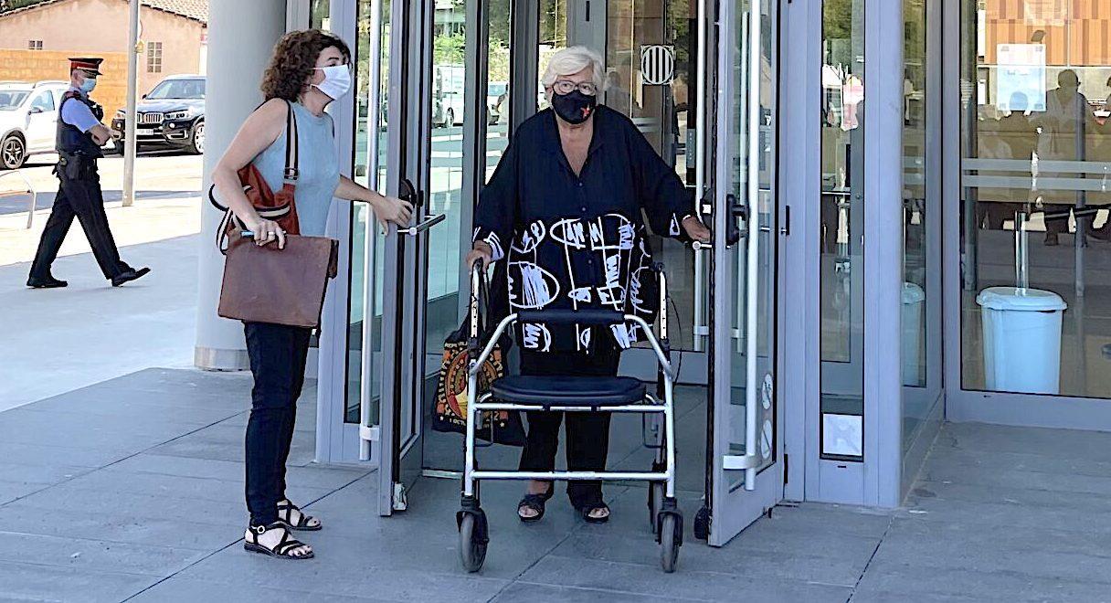 La Mariona Reig, a la sortida del Jutjat, acompanyada per la seva advocada, Montserrat Vinyets / QS