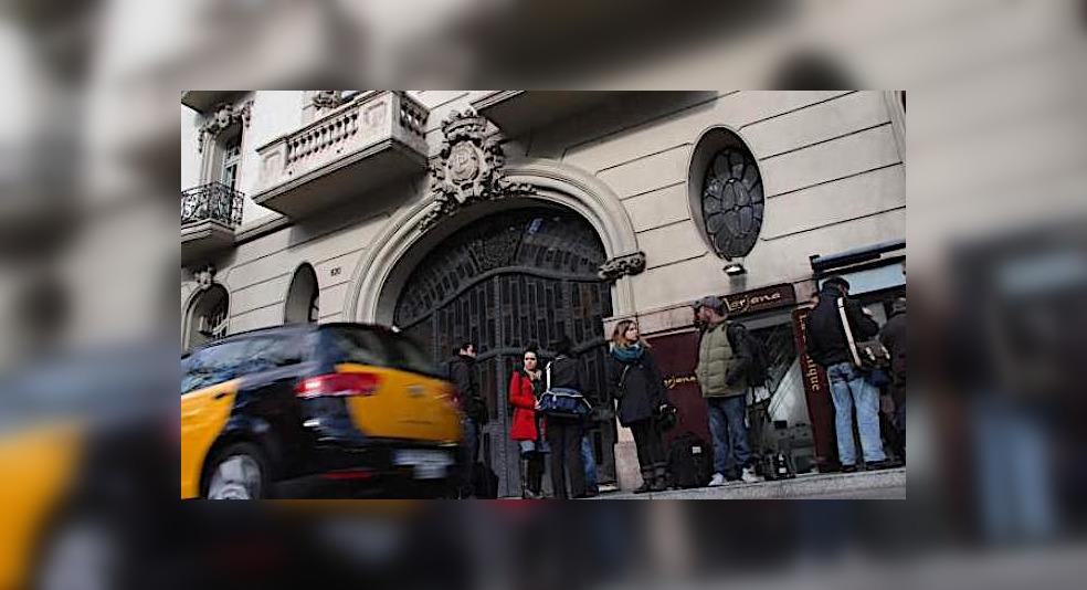 Periodistes durant l'escorcoll de la seu de Método 3 a Barcelona/ACN