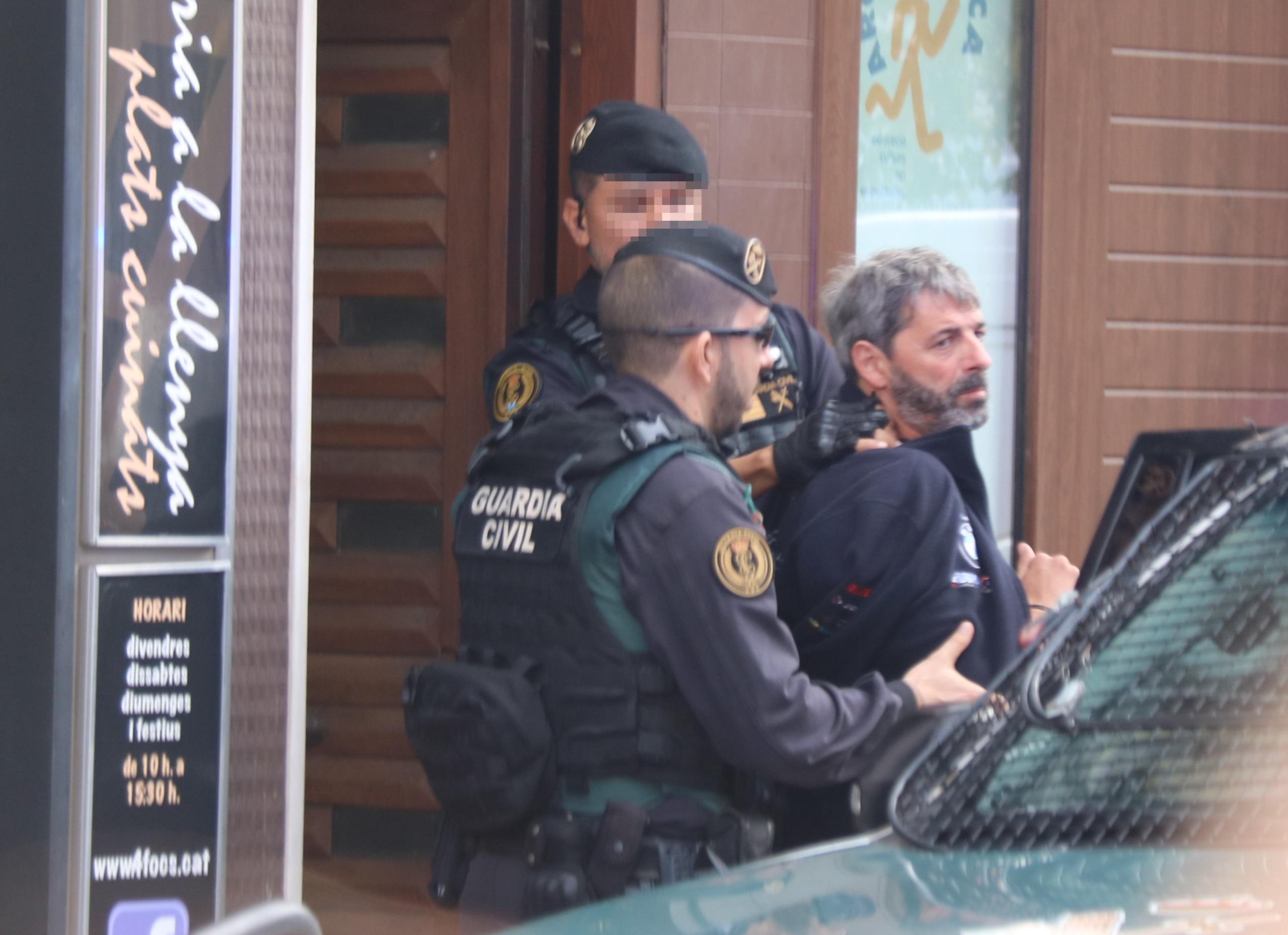 Dos agents de la Guàrdia Civil s'emporten un detingut a Sabadell en el marc de l'operació que ha acabat amb nou membres de CDR arrestats. Imatge del 23 de setembre del 2019. (Horitzontal)