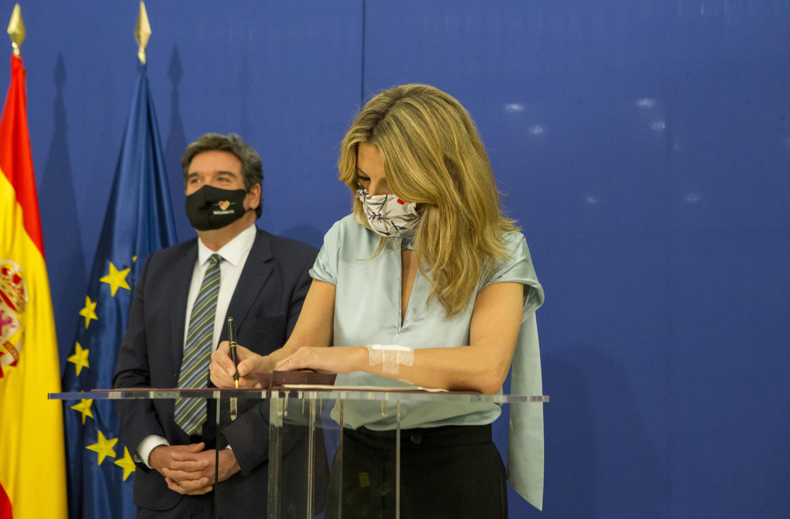 La ministra de Treball, Yolanda Díaz, firmant l'acord per prorrogar els ERTO amb el ministre d'Inclusió i Seguretat Social, José Luís Escrivá / ACN