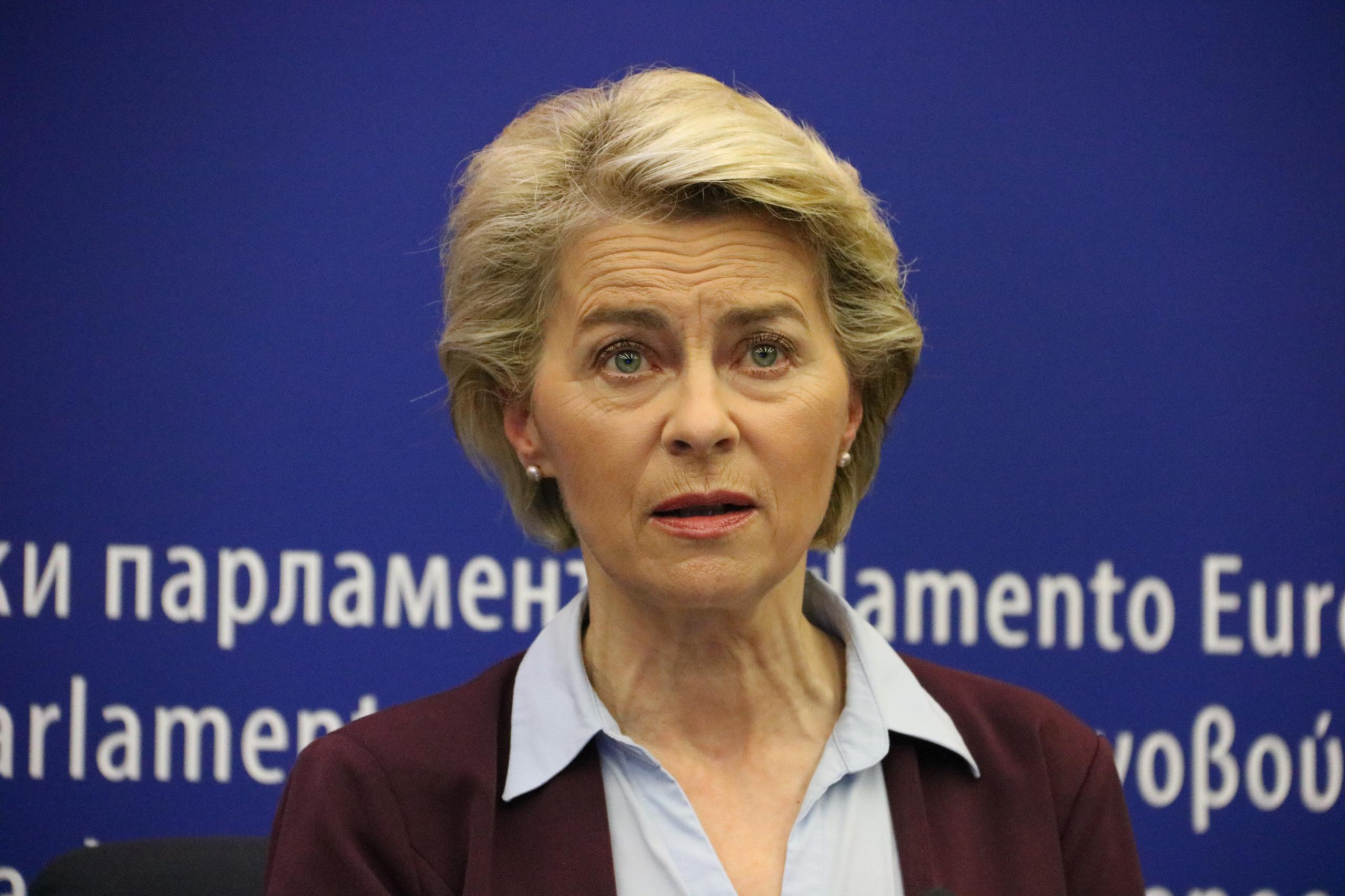 La presidenta de la Comissió Europea, Ursula Von der Leyen, durant una roda de premsa a l'Eurocambra el 6 de juliol del 2021 / ACN