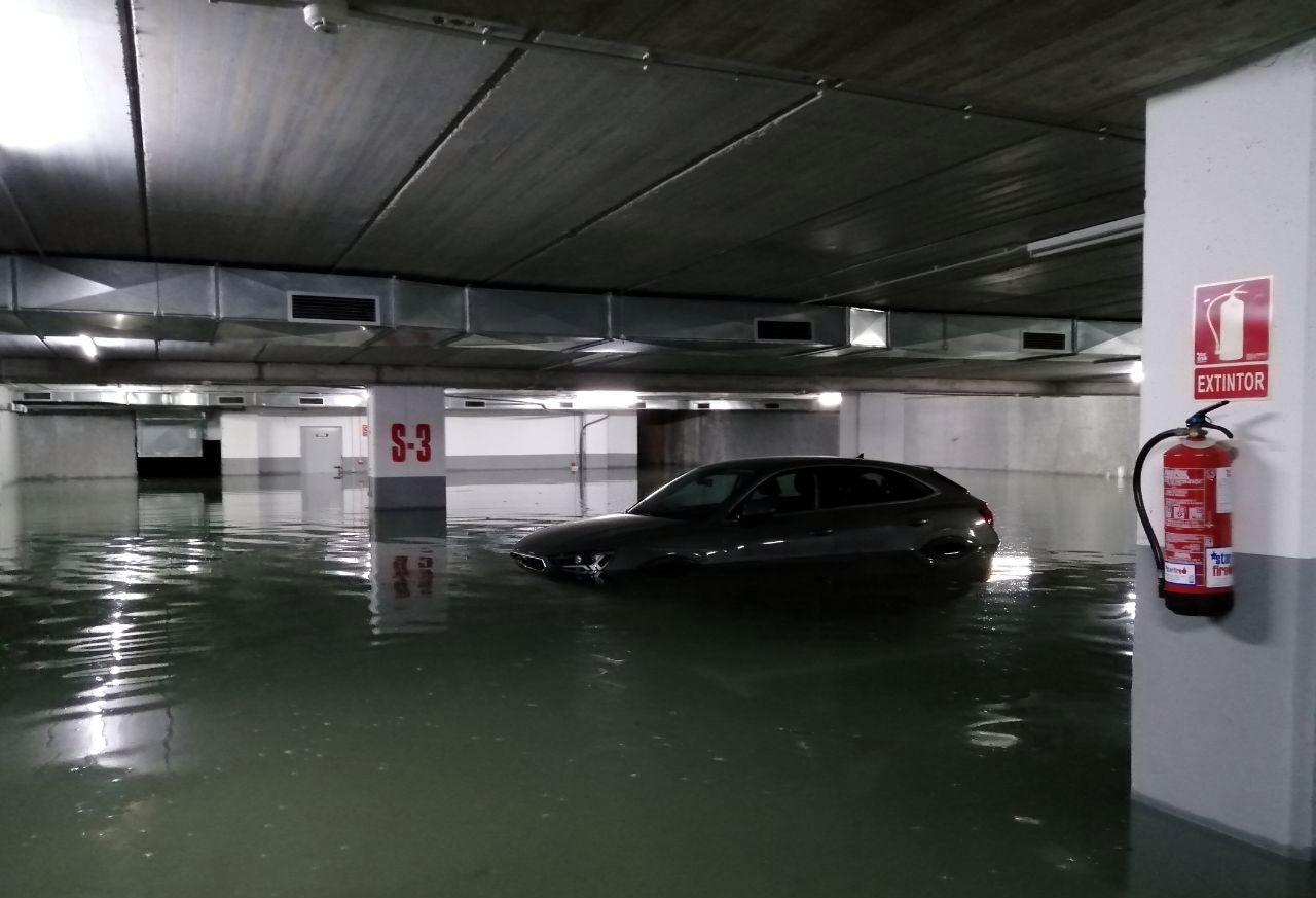 Imatge d'arxiu d'un aparcament subterrani inundat