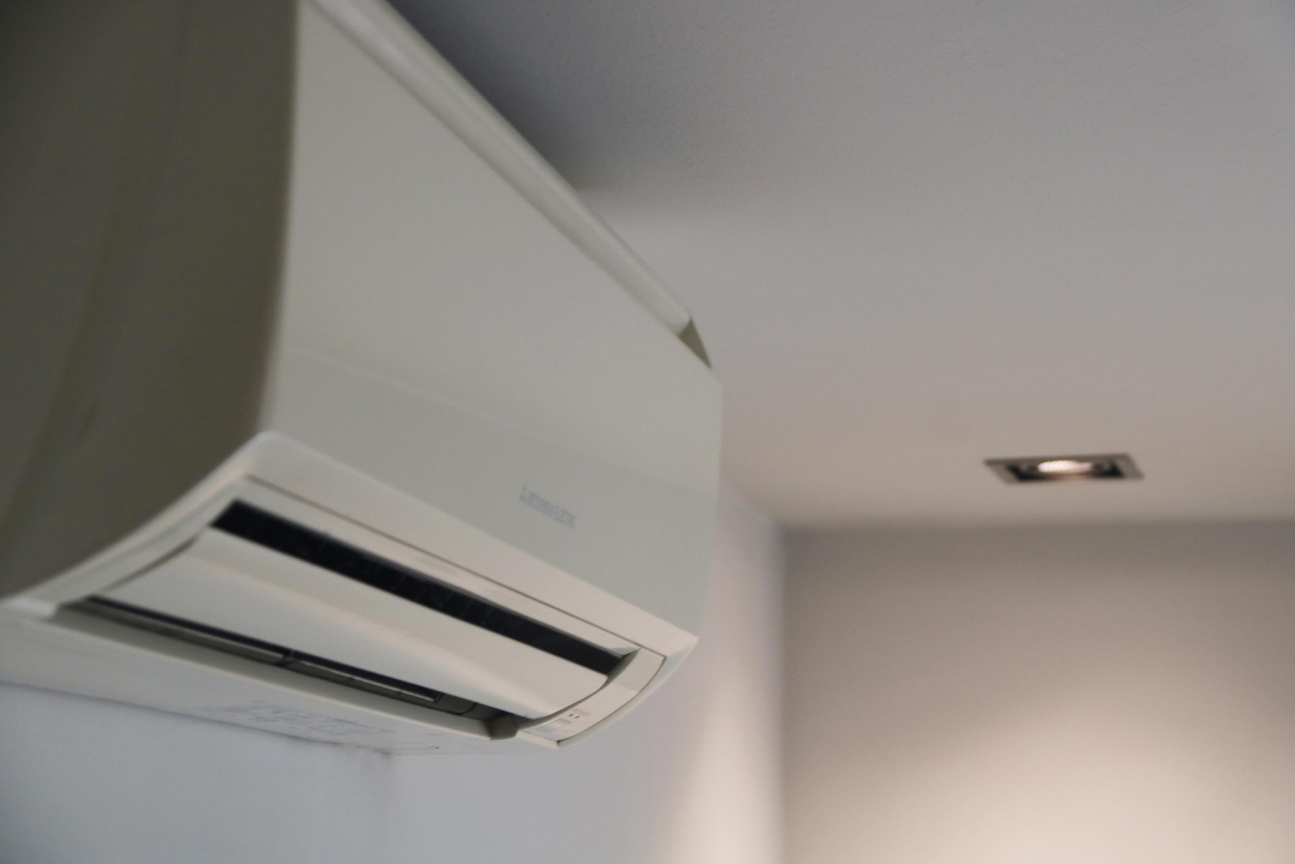 Un aparell d'aire condicionat, amb un llum encès de fons | ACN