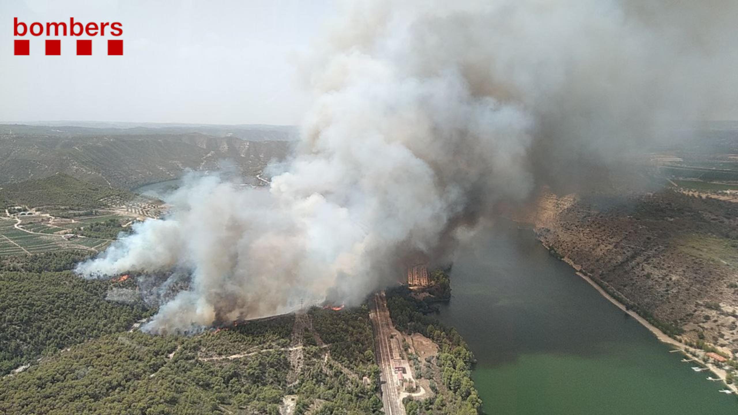 Imatge aèria del foc forestal que crema prop del riu Ebre a la Pobla de Massaluca. Imatge del 12 d'agost del 2021 / BOMBERS