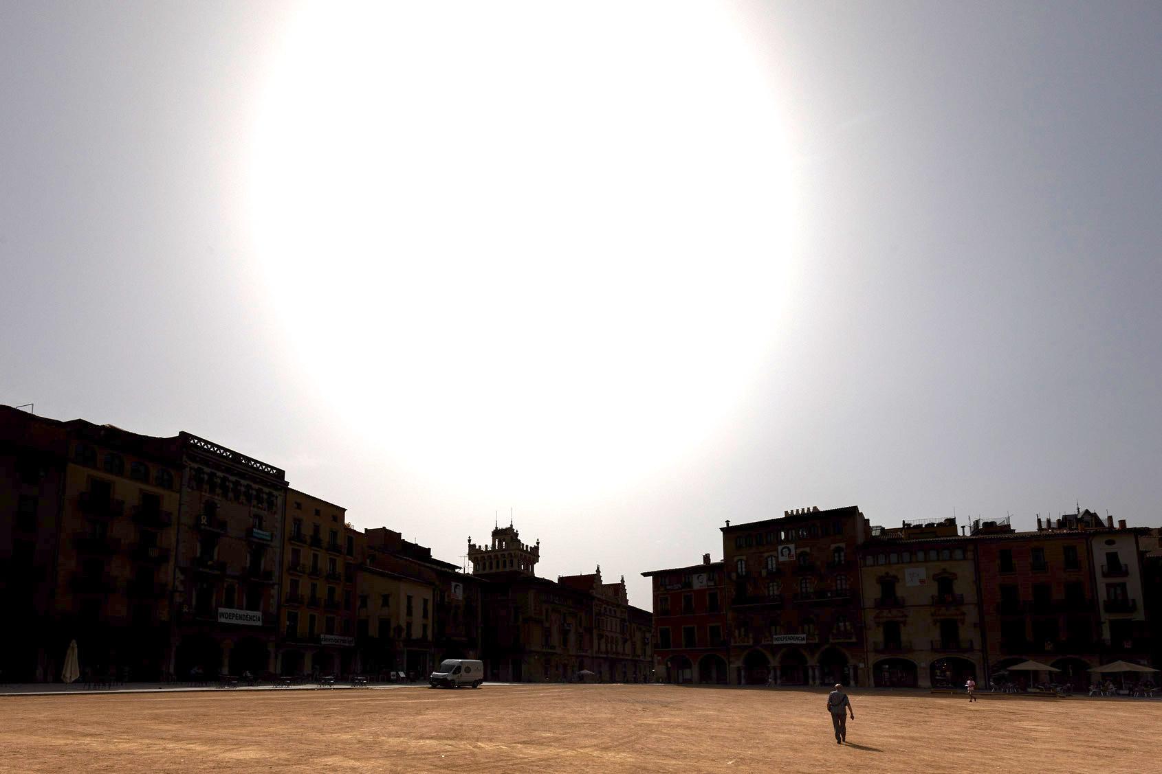 Sol de justícia sobre una plaça Major de Vic gairebé deserta, en plena onada de calor / Jordi Borràs