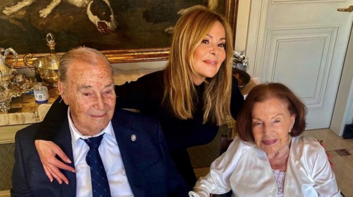 Ana Obregón, en una foto antiga amb els pares - Instagram