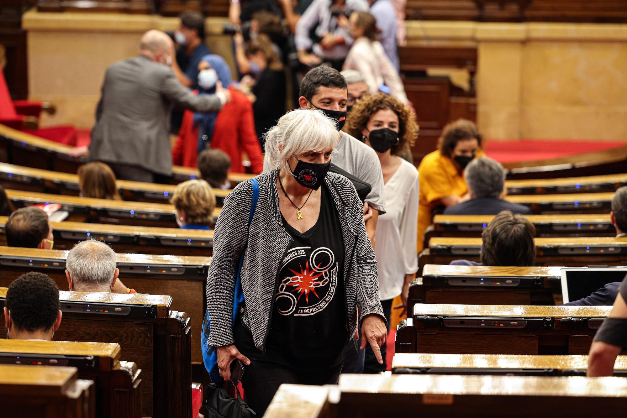 La diputada de la CUP Dolors Sabater, pujant les escales de l'hemicicle en la primera sessió del debat de política general, aquest dimarts / Jordi Borràs