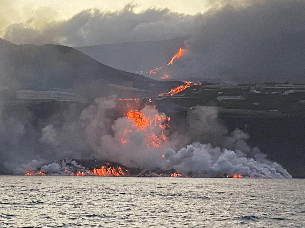 La lava entrant en contacte amb el mar | @EugenioFraile