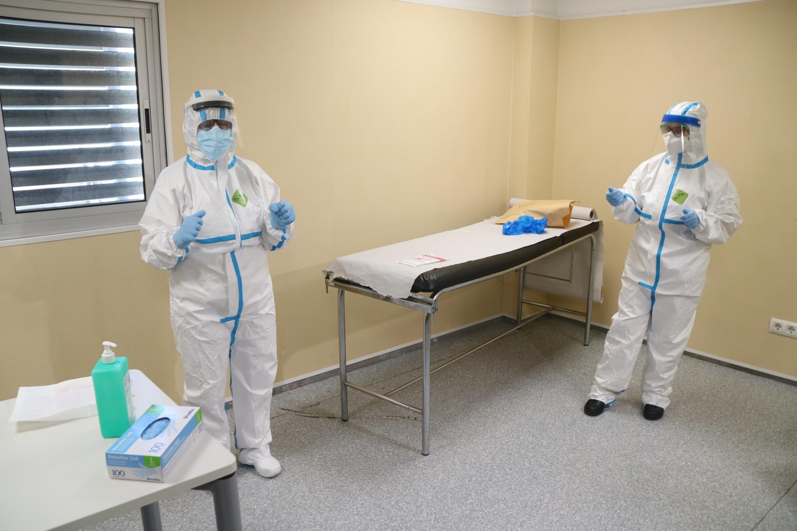 Dues infermeres del CAP de Sant Pere i Sant Pau de Tarragona, amb els EPI abans de fer una prova PCR a una pacient / ACN