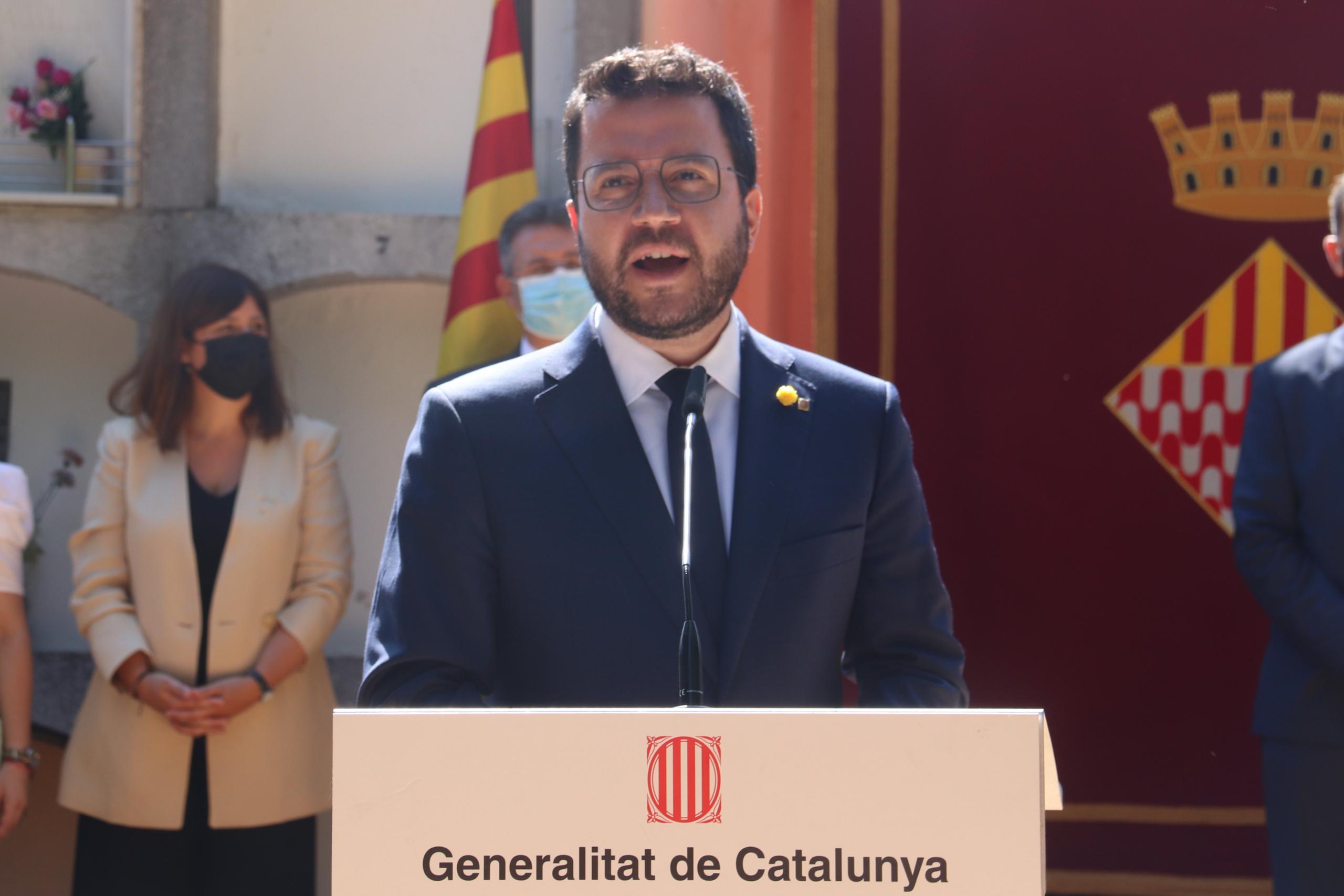 El president de la Generalitat, Pere Aragonès, durant el parlament en l'ofrena floral a la tomba de Josep Irla / ACN