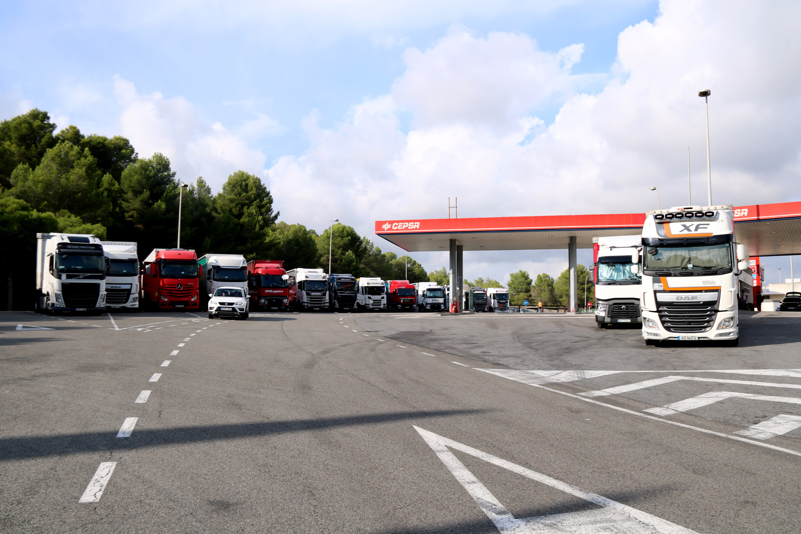 Camions aparcats en una àrea de servei de l'AP-7 a l'altura d'Altafulla, després que entrés en vigor la prohibició de circular per l'AP-7 | ACN