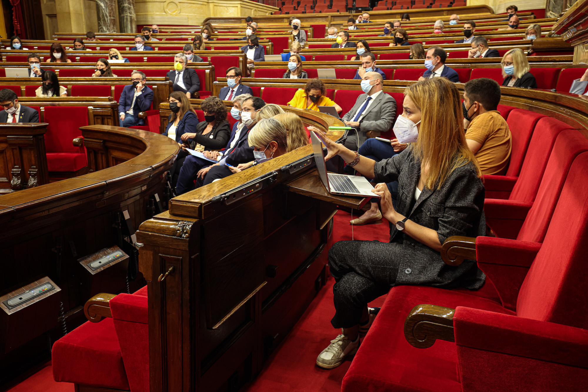 La líder dels comuns prenent nota del discurs de Pere Aragonès al debat de política general