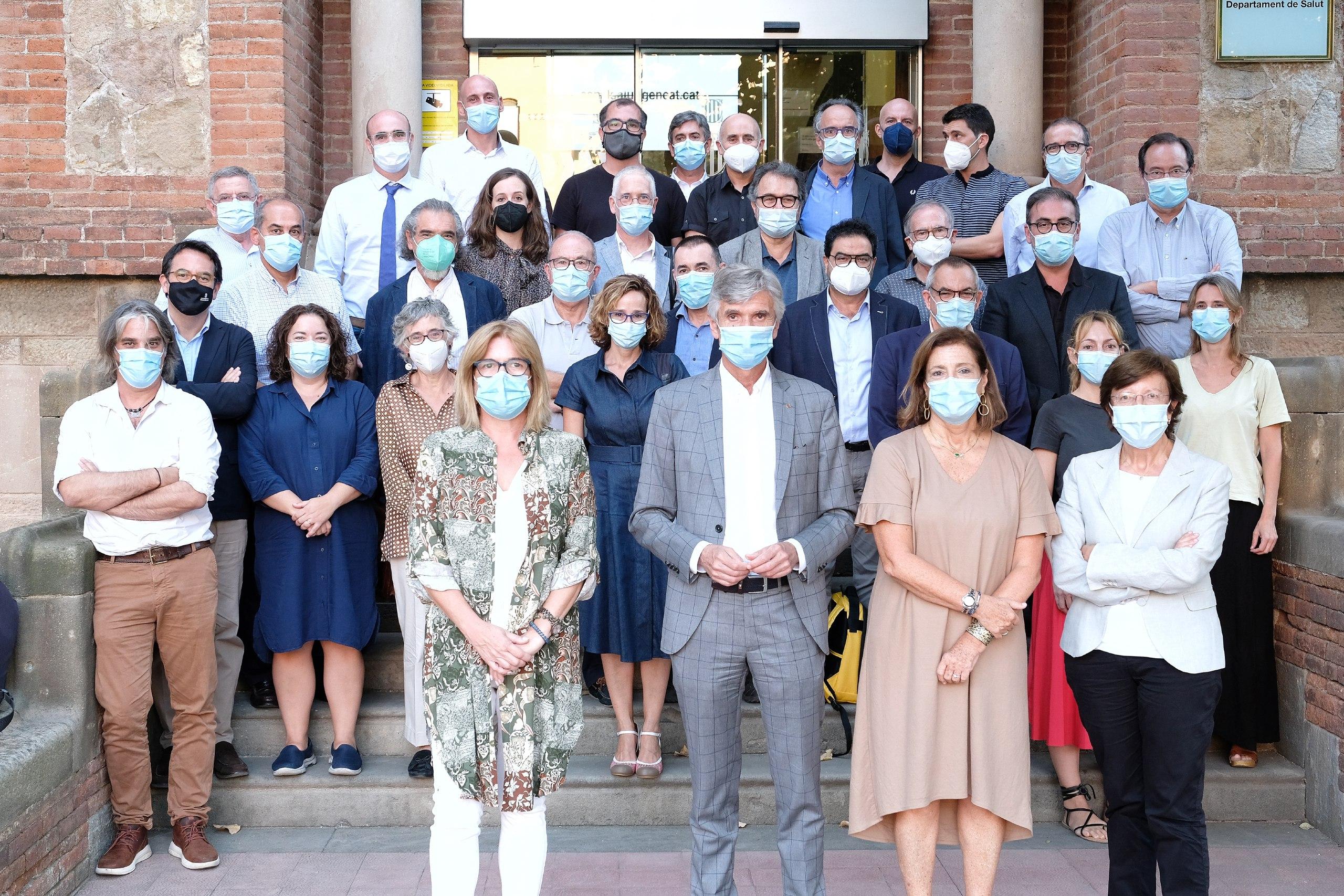 Josep Maria Argimon envoltat dels experts del Comitè Assessor de la Covid-19 / Salut